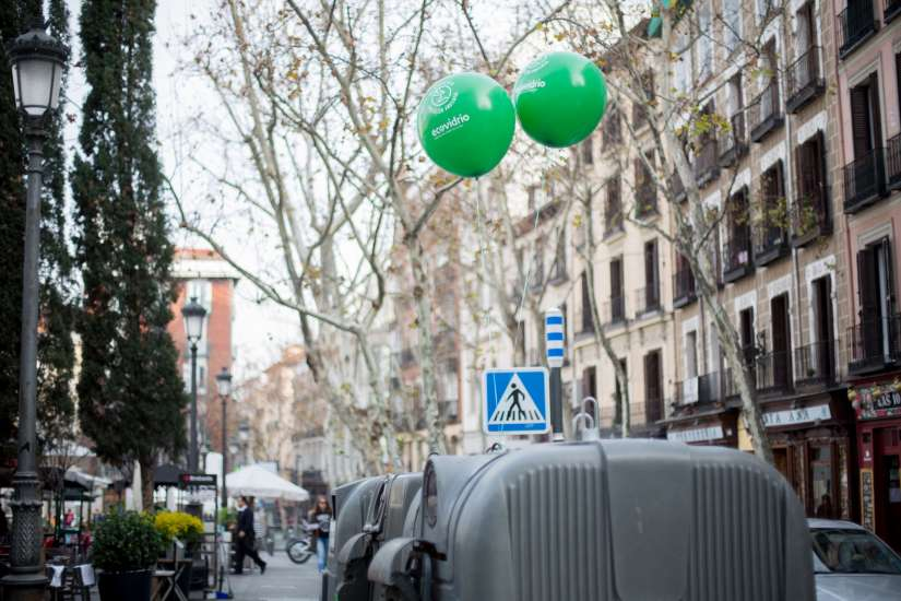 Globos verdes de Ecovidrio en contenedores de vidrio de la Plaza de Santa Ana (Madrid) para celebrar el Día Mundial de la Educación Ambiental