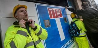 humania activistas greenpeace bloquean negociacion ttip
