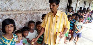 Entrega de alimentación complementaria en una de las escuelas de los Sunderbans
