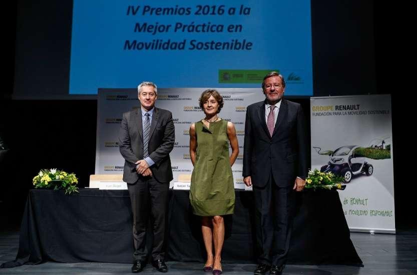 De izquierda a derecha Ivan Segal de la Fundación Renault para la Movilidad Sostenible, Isabel García Tejerina del Ministerio de Agricultura, Alimentación y Medio Ambiente, y José Longás del Club de Excelencia en Sostenibilidad.