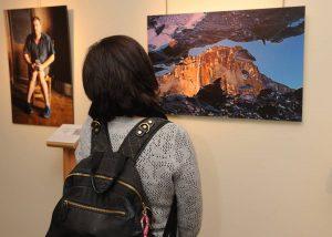 Dos de las fotos expuestas en el Museo Tiflológico de la ONCE